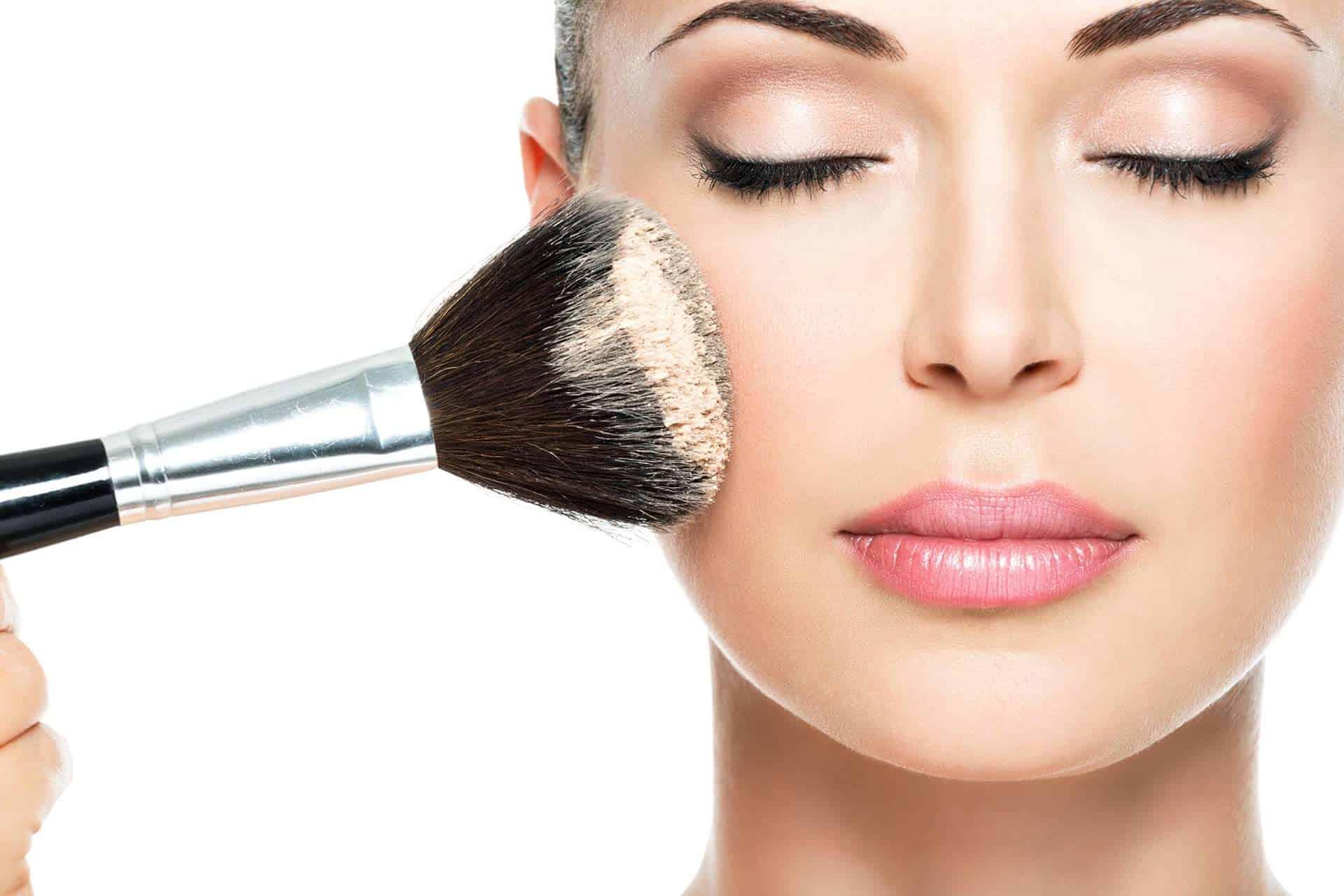 сделать лицо моложе поможет макияж