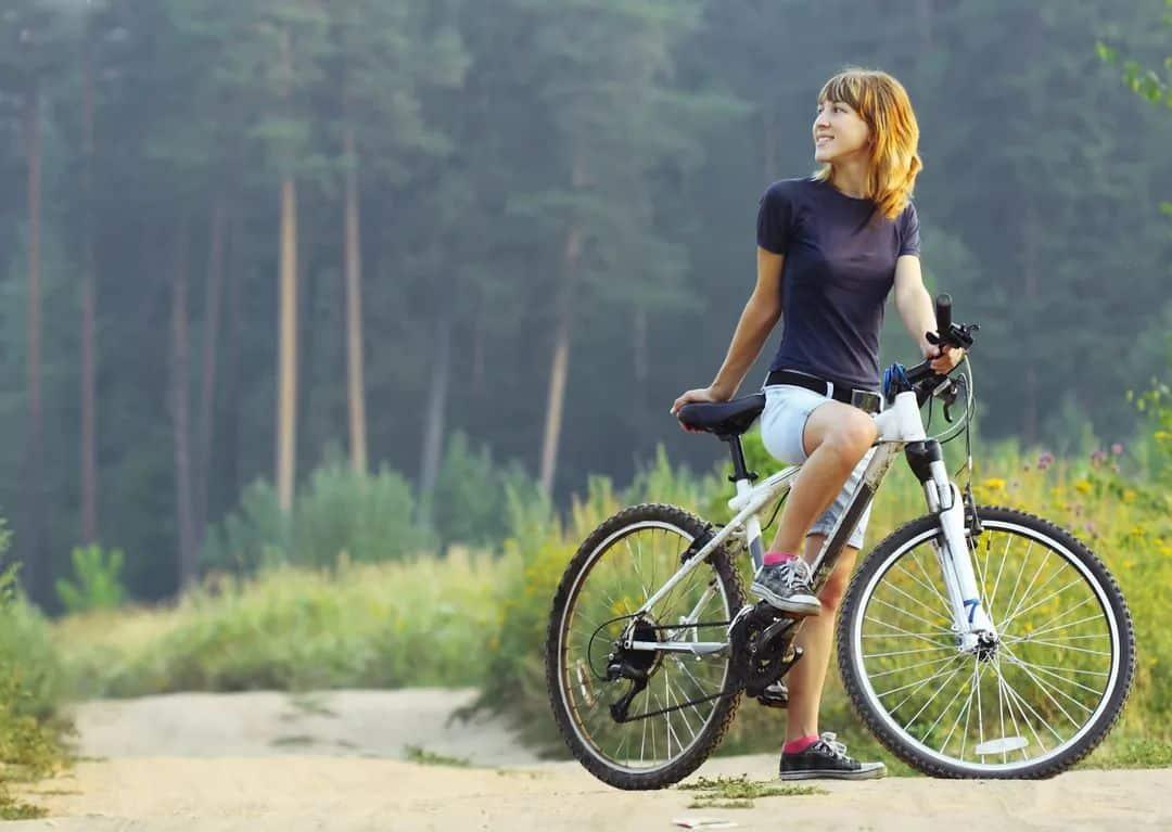 диету для похкдения бедер и ляшек полезно дополнять ездой на велосипеде
