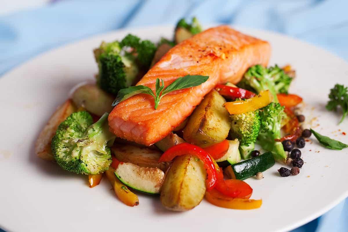 рыба на овощной подушке - диетическое блюдо для похудения на скорую руку
