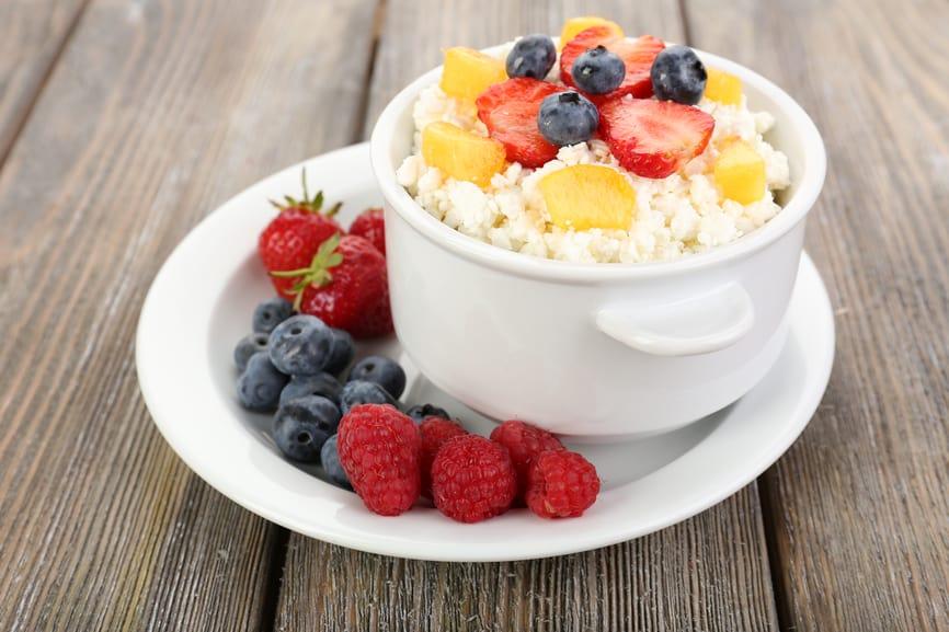 творог с фруктами - отличный белковый завтрак для похудения
