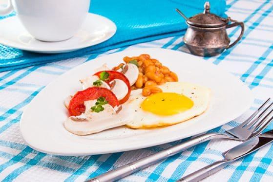 Яйцо с овощами и бобами - отличный белковый завтрак для похудения