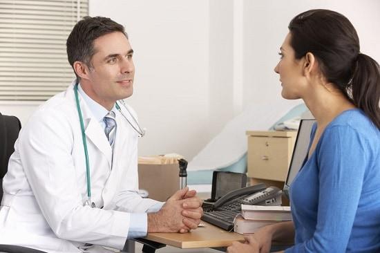 Людям с серьезными заболеваниями перед применением настоя лаврового листа следует обратиться к врачу