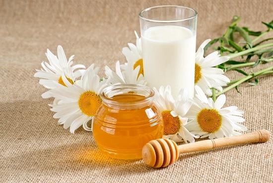 молоко с медом на ночь используется для лечения бессонницы
