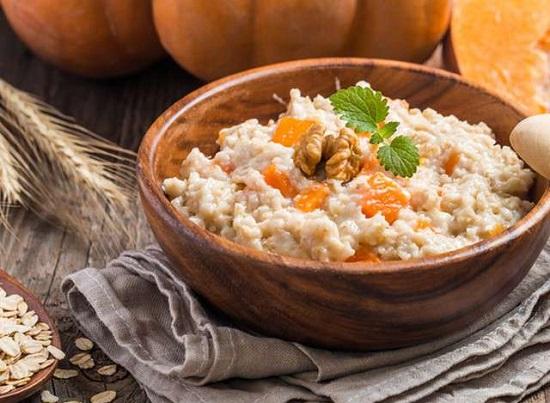 Овсяная диетическая каша с тыквой - подходящее блюдо во время диеты при повышенной кислотности желудка