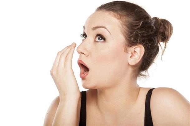 Причины появления неприятного запаха изо рта у взрослых и детей разные