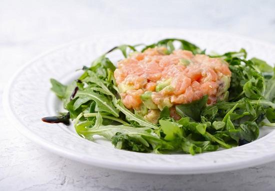 салат из рукколы с рыбой состоит из продуктов для молодости кожи