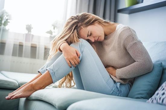 боли в животе могут быть симптомом гельминтоза